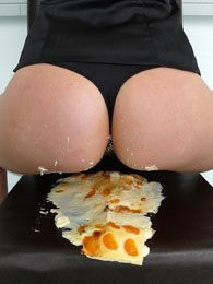 Jessy butt-crushes a cake